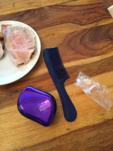 Das sind die Tools für einfache Frisuren für Mädchen: ein Kamm und ein Tetangler sowie genügend Haargummis