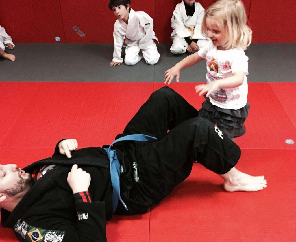 Rüschenrock beim Kampftraining MamaWahnsinnHochDrei Mamablog