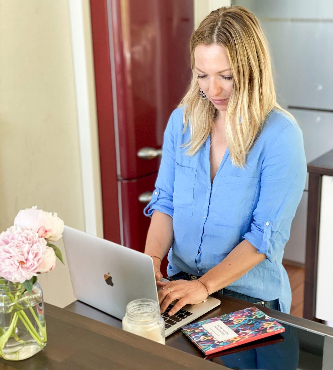 Arbeiten von daheim aus. Die moderne Hausfrau - nicht immer ist alles Rosarot.