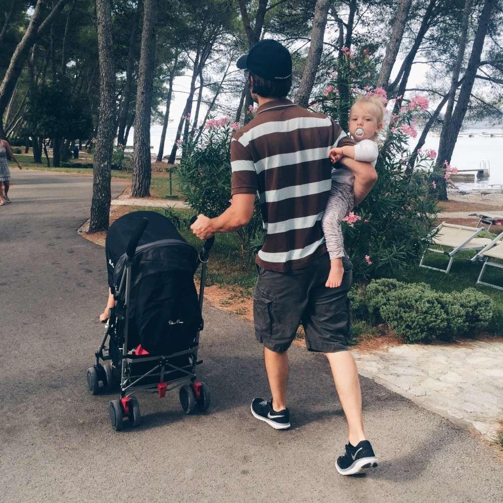 mamablog mamawahnsinnhochdrei: Vater schiebt den Kinderwagen Buggy mit dem Kind am Arm