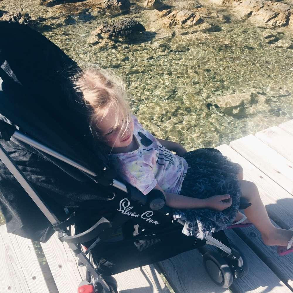 mamablog mamawahnsinnhochdrei: Kind rastet sich im Kinderwagen Buggy aus auf einer Brücke