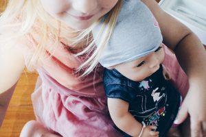 Dritter Geburtstag Mädchen: eine Puppe ist für kleine Mädchen immer ein beliebtes Geschenk