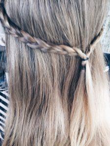 Mädchen-Frisuren von MamaWahnsinnHochVier: Kleine Köpfchen an den Seiten und hinten zusammengebunden