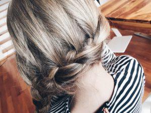 Mädchen Frisuren ganz stressbefreit: der seitliche französische Zopf