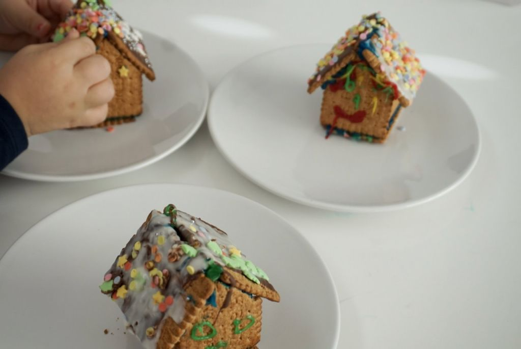 Mit den Kindern daheim etwas unternehmen. Indoor Beschäftigungstipps - Häuser bauen