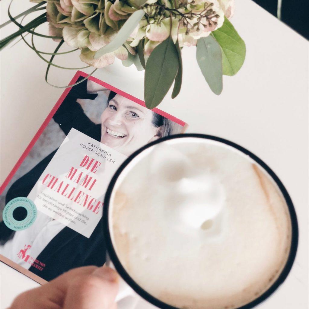 Lesen von Mama Tipps aus dem Buch der Autorin Katharina Hofer-Schillen bei einer Tasse Kaffee