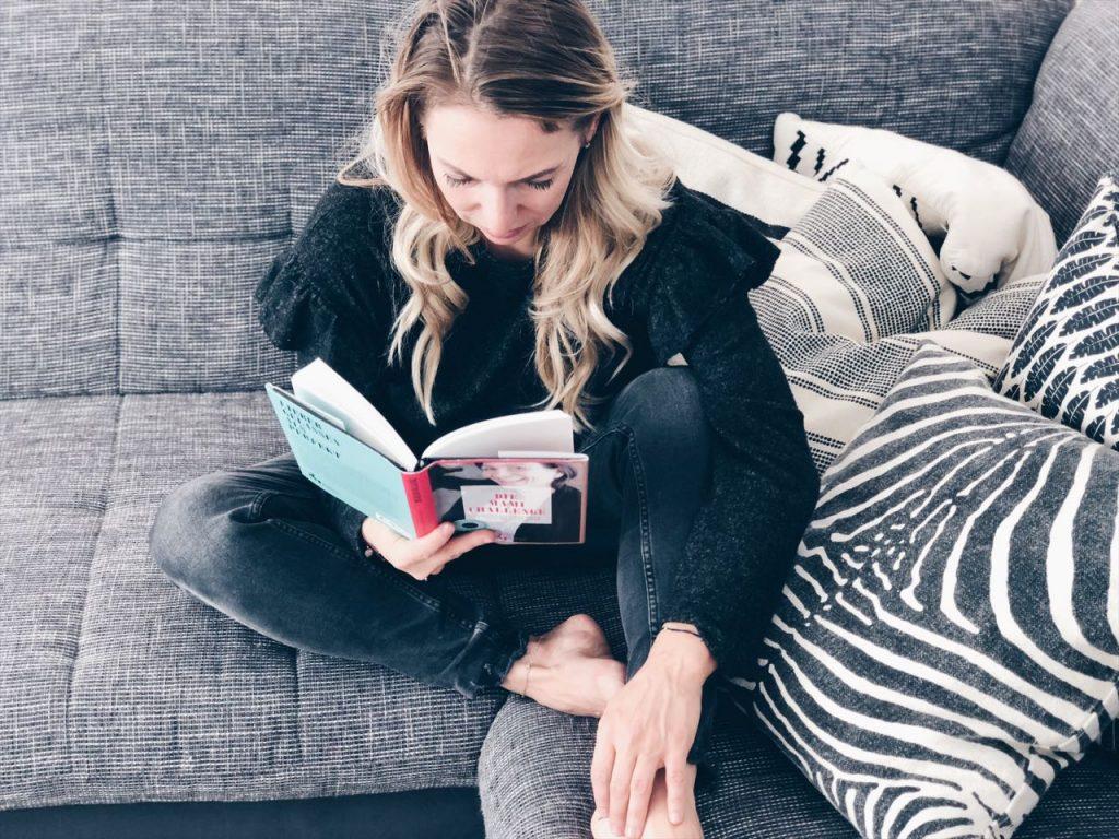 Verena von Mamawahnsinn liest Mama Tipps aus einem neuen Buch