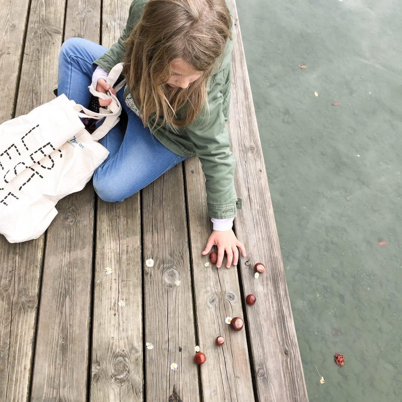 Outdoor Ideen für Kinder im Herbst - so schön ist es draußen am See Kastanien sammeln