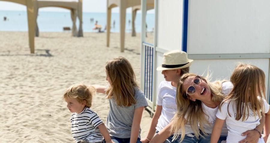 Geschwisterkinder - Bestimmertag in Italien, MamaWahnsinnHochVier. Wir fünf sitzen am Meer und genießen den warmen Sand.