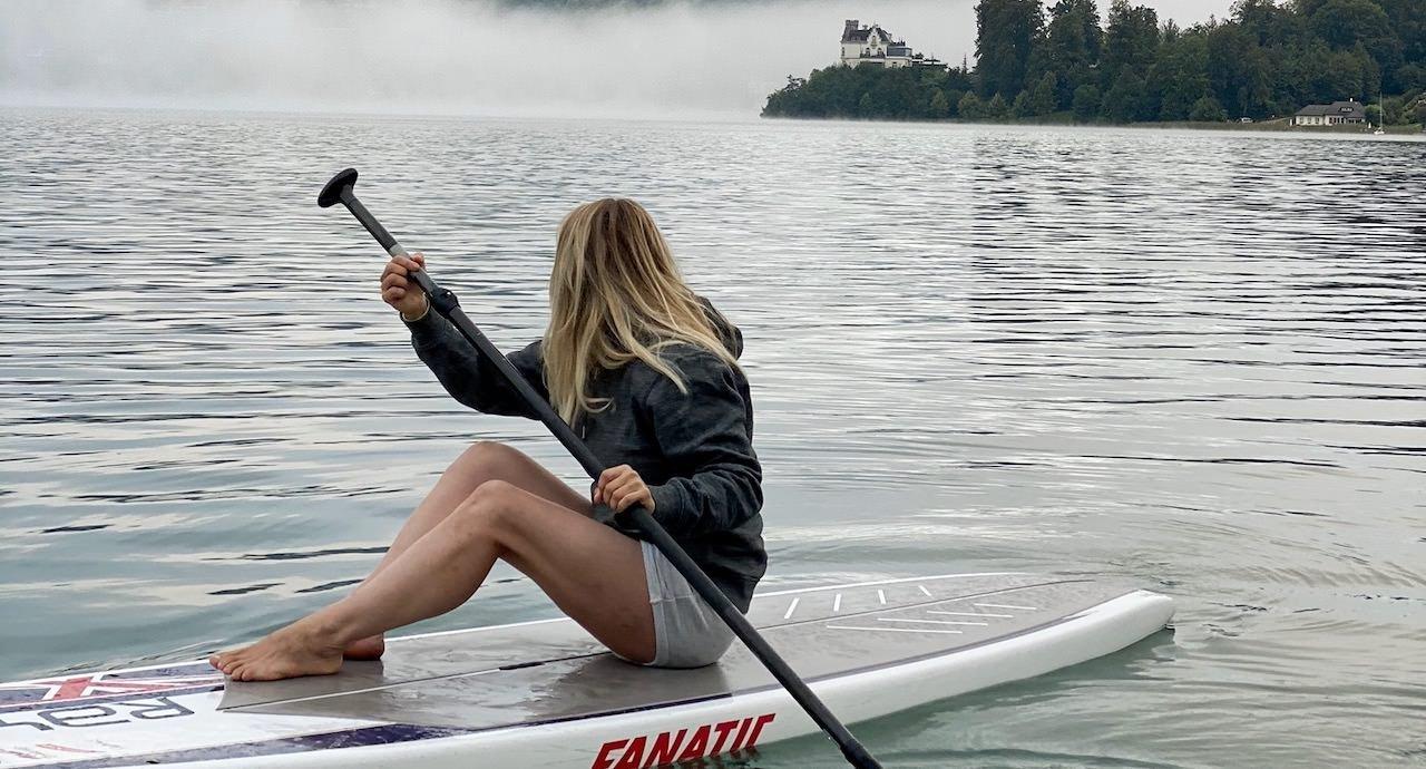 Mama Auszeit am See, ein Hobby finden ist ganz wichtig. Verena sitzt in der Früh am See und schaut das Wasser an.