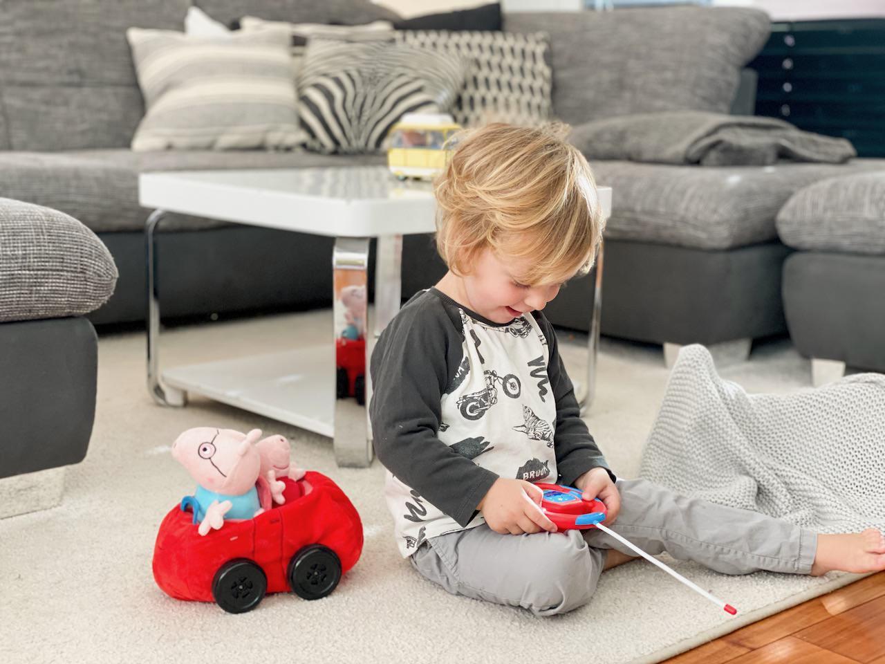 Das Peppa Pig Auto geht leicht zu steuern.