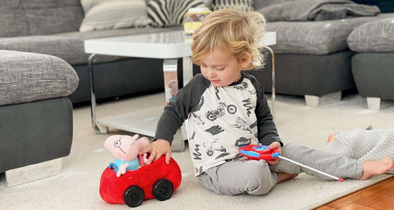 Der kleine Herzensbub liebt das neue Peppa Pig Auto