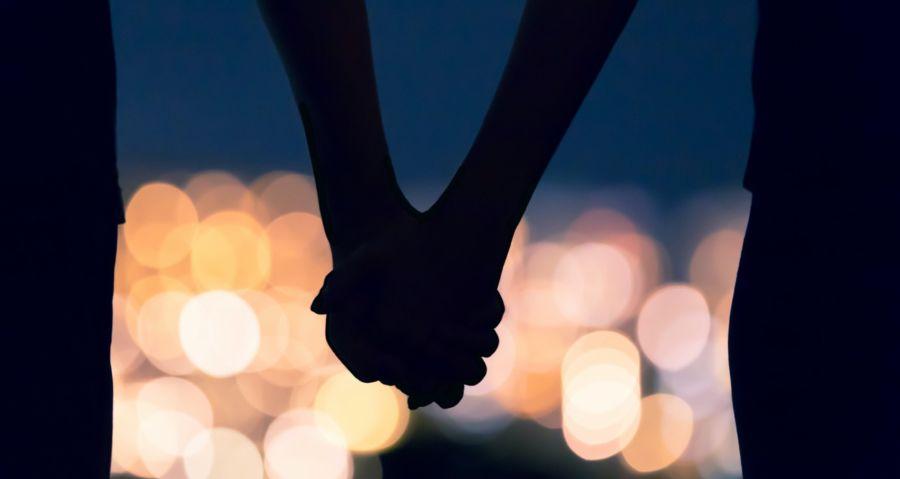 Date Ideen für Paare: Hand in Hand bleiben, so kann man an sich arbeiten.