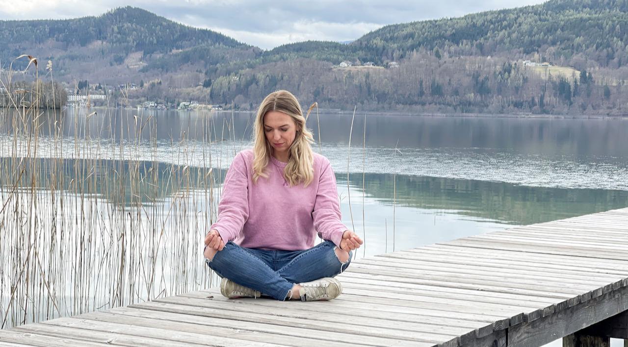 Meditieren lernen - diese 5 tipps sind zu beachten - Verena sitzt am Steg und folgen den Anleitungen, Meditieren für Anfänger.