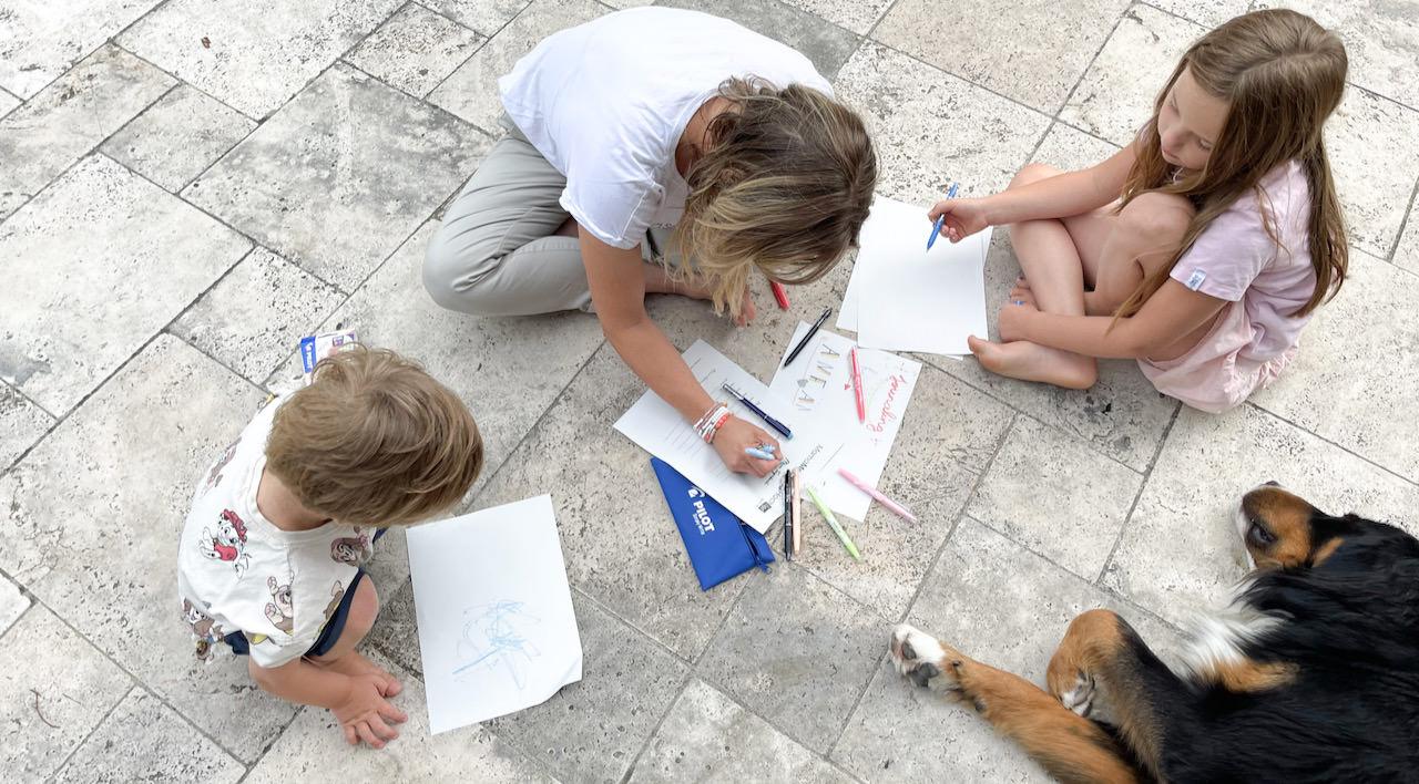 Journaling oder Tagebuch schreiben - Verena schreibt schon seit Jahren und lässt uns ihre Tipps hier. Hier wird sie tatkräftig von den Kindern unterstützt.