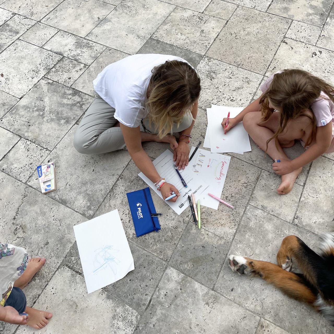 Immer mit dabei, wenn es um Stifte geht - die zwei Kleinen sind begeistert, wenn Verena ihr Tagebuch schreibt.